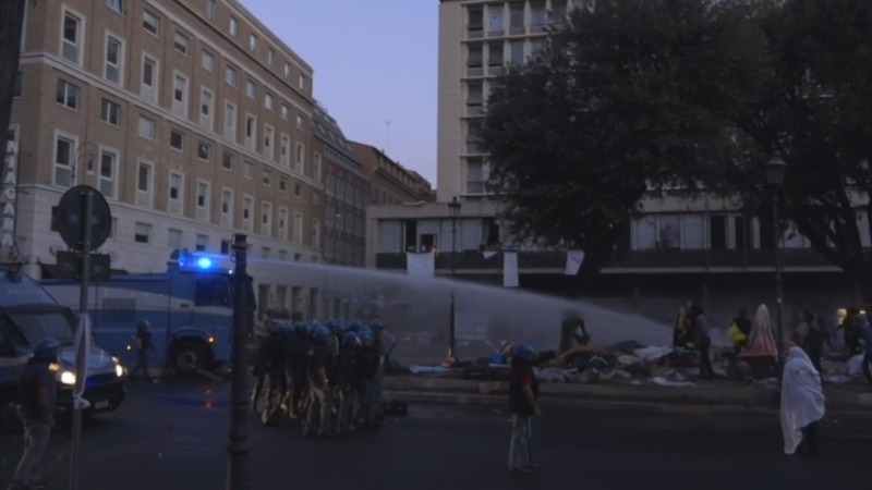 Rome police evict refugee squatters from square