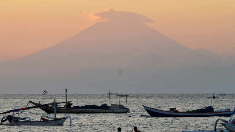 Rumbling volcano triggers evacuation in Bali