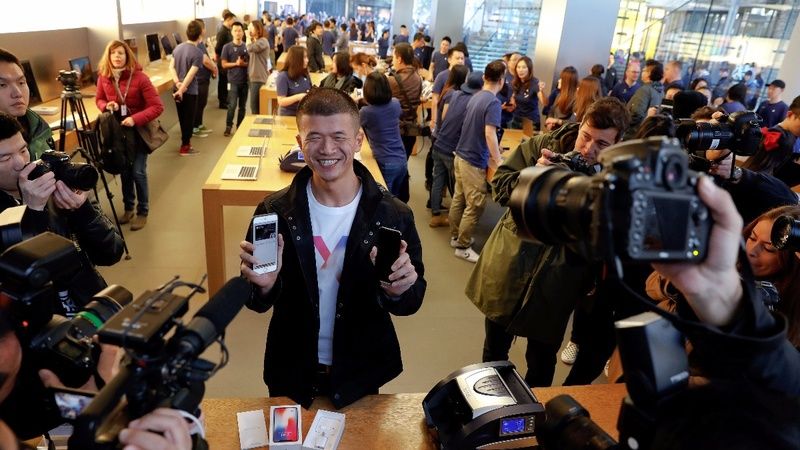Apple sees strong holiday sales ahead with iPhone X launch