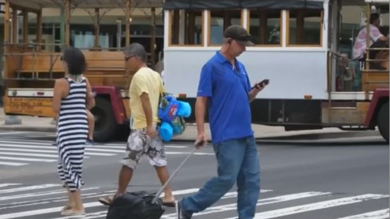 Chicago weighs crackdown on texting while walking