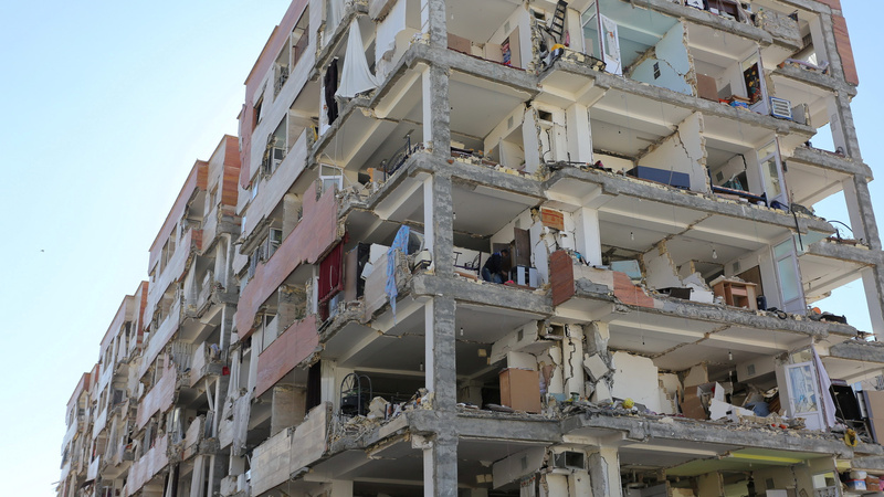 Rouhani visits quake-hit area as death toll climbs