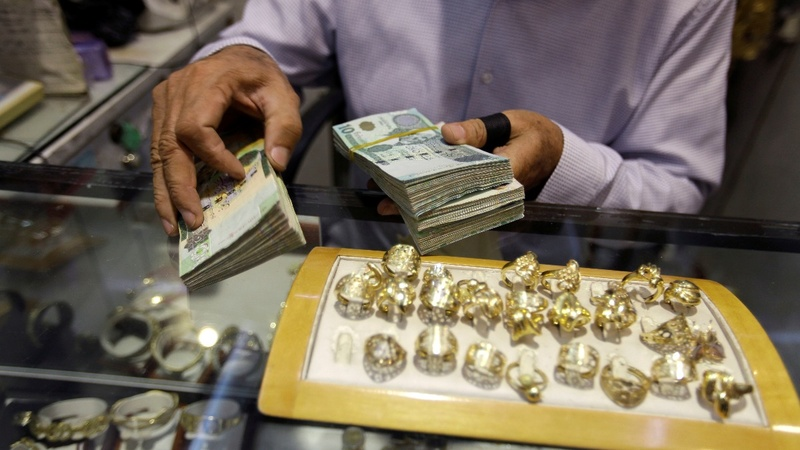 Libyans sell jewelry as economic crisis bites
