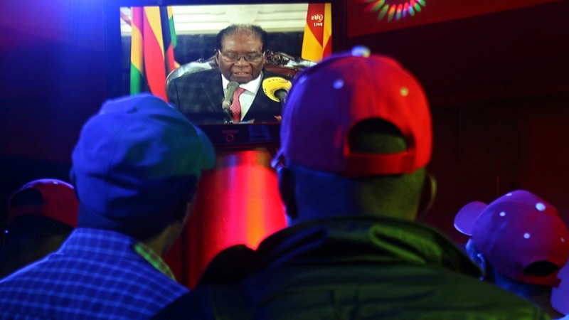 Zimbabwe's Mugabe defies demands he quit