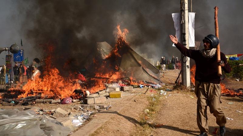 Pakistani police battle Islamist hardliners