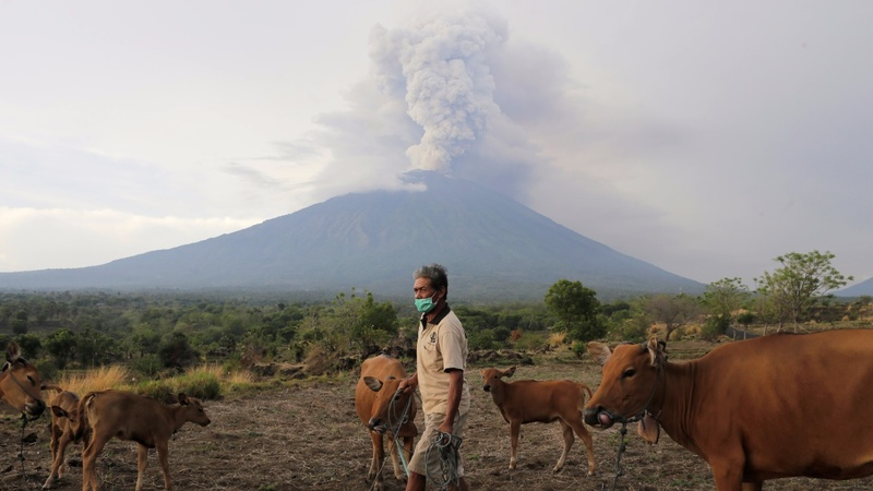 Thousands ignore warnings as Bali's volcano smolders