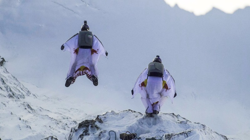 INSIGHT: Wingsuit fliers stage terrifying stunt over the Alps