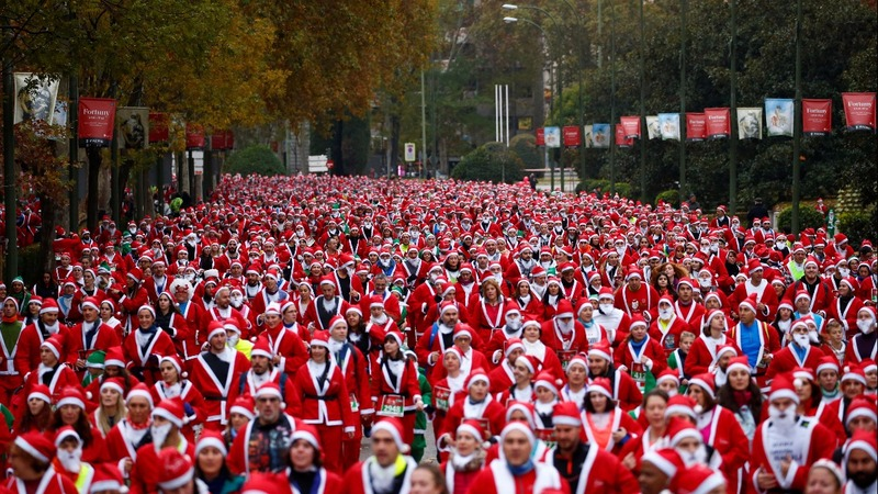 INSIGHT: Thousands of 'santas' race in Madrid