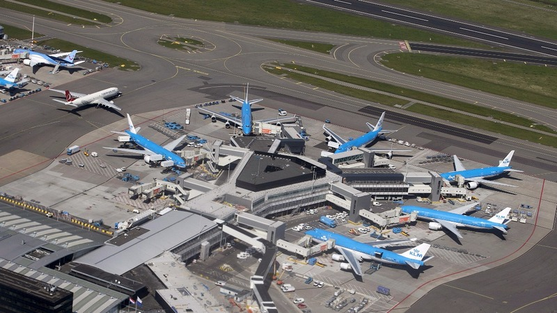 Police shoot man with knife at Schiphol Airport