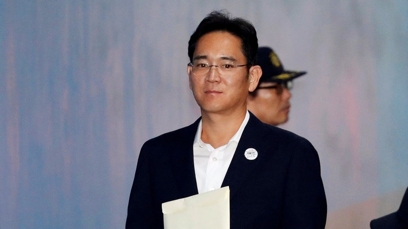 Prosecutors urge 12-year sentence for Samsung heir