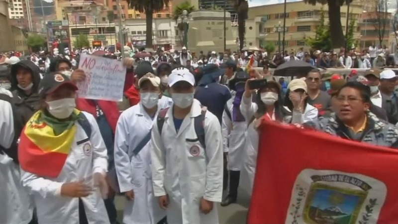 Bolivian doctors clash with police over malpractice law