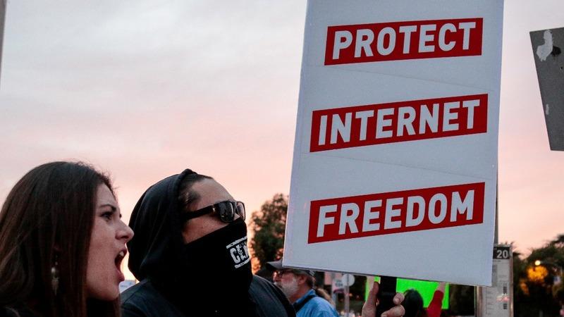 21 U.S. states sue to keep net neutrality