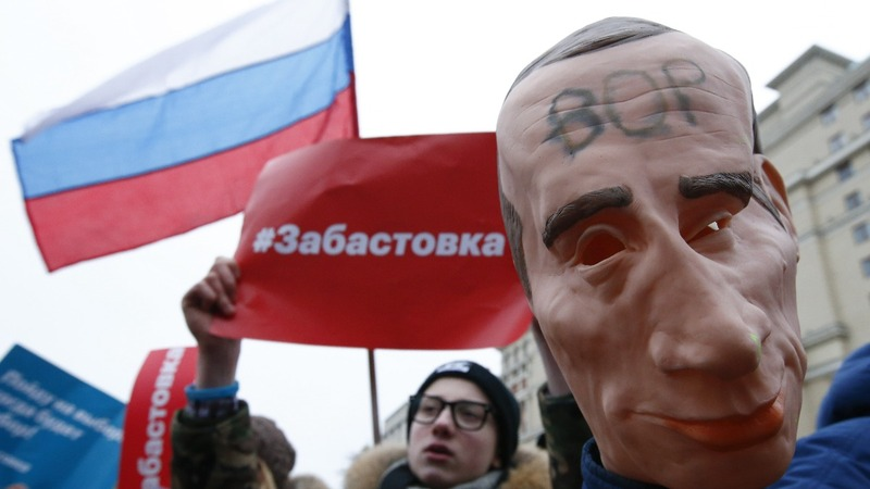 Russian police detain Putin critic Navalny at protest