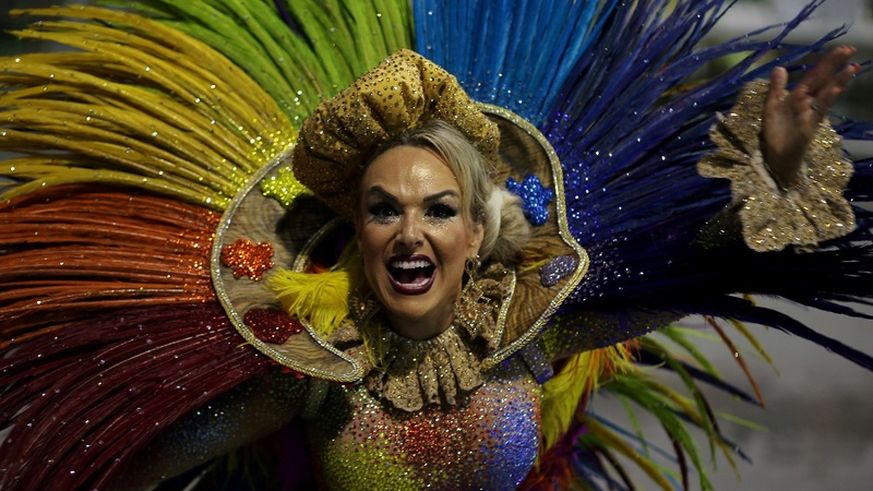 Carnival lights up Rio despite crime wave