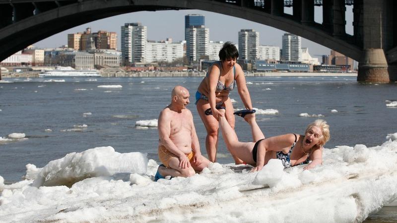 INSIGHT: Sunbathing in icy St. Petersburg