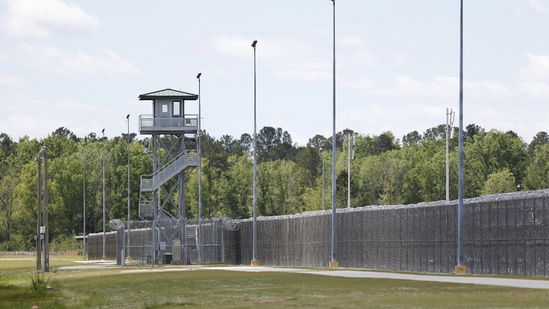 Seven killed in deadliest U.S. prison riot in 25 years