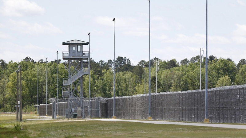 Seven killed in deadliest U.S. prison riot in 25 years