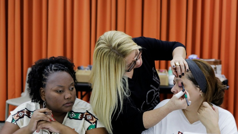 Blind Brazilian women learn makeup techniques