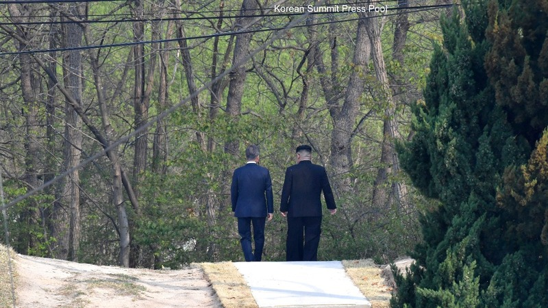 Leaders of the two Koreas pledge an end to war