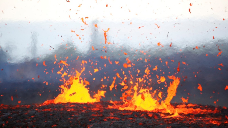 Ash cloud from Hawaii volcano sparks 'red alert'
