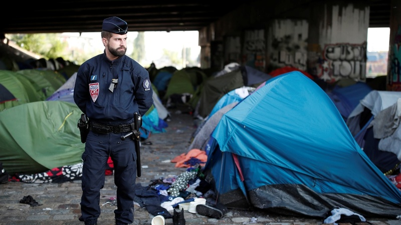 Migrants evacuated from 'dire' Paris camp