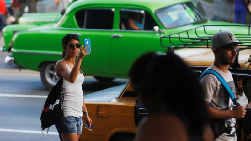 Cuba rolls out internet on mobile phones