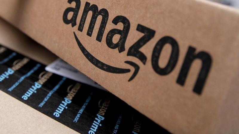 Amazon hits $900 bln valuation, rivals Apple
