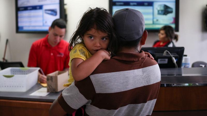 Judge urges U.S. find deported parents of detained kids