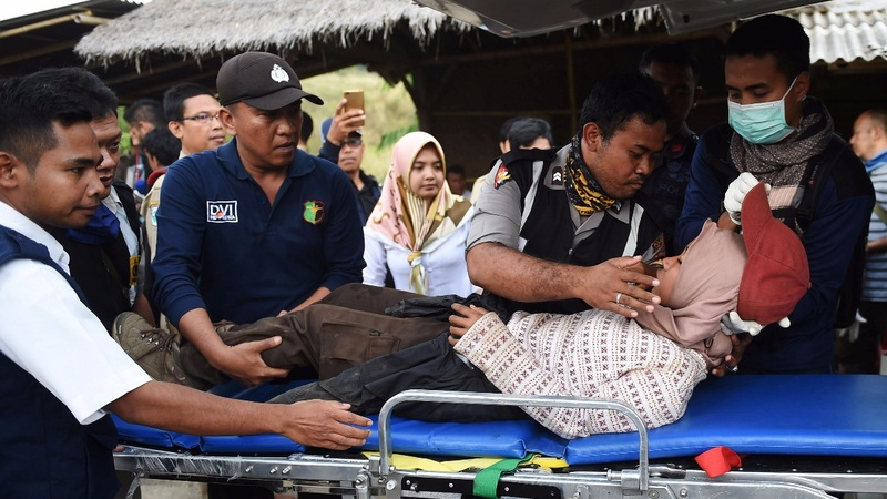Hundreds trek down after Lombok volcano ordeal