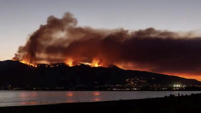 'Devastating' wildfire threatens southern California homes