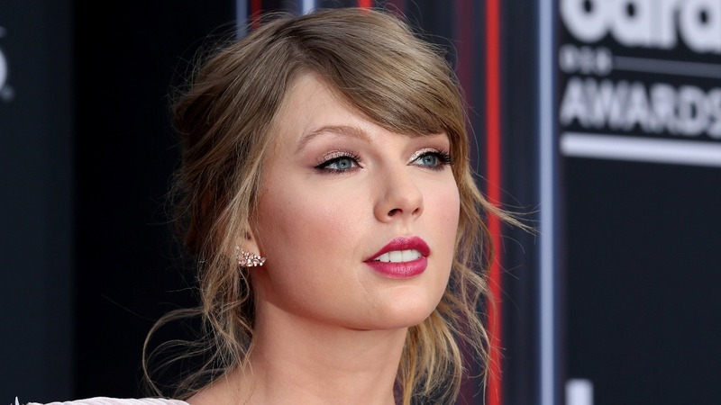 Taylor Swift wins big, gets political at the AMAs