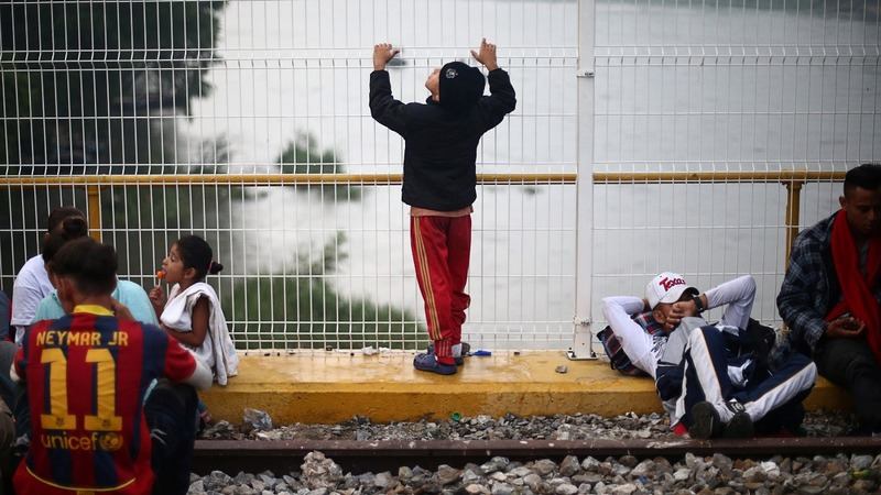 Migrants halted on bridge at Mexico border
