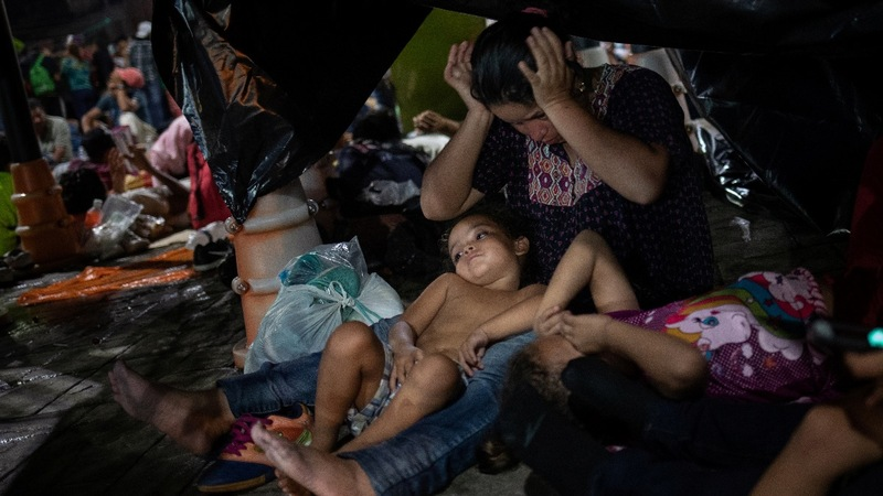 Migrants trekking north defy tropical heat, Trump threats