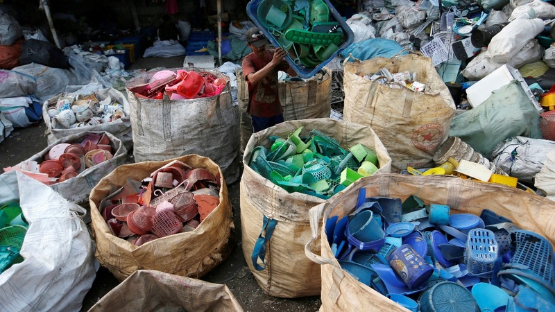 Indonesians tackle pollution by going plastic free