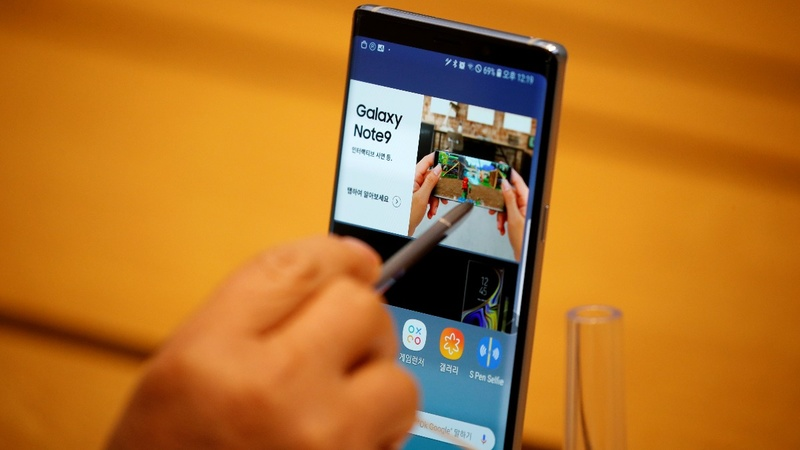 Samsung warns of big profit slide
