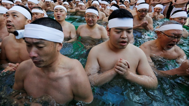 INSIGHT: Japanese take an icy New Year's bath