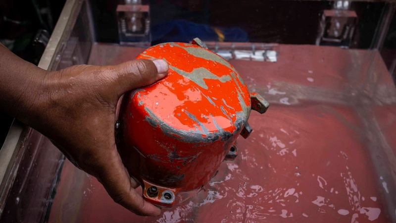 Indonesian divers find crashed Lion Air black box