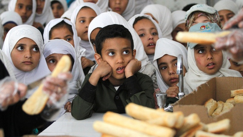 Free meals aim to keep Yemeni students in school