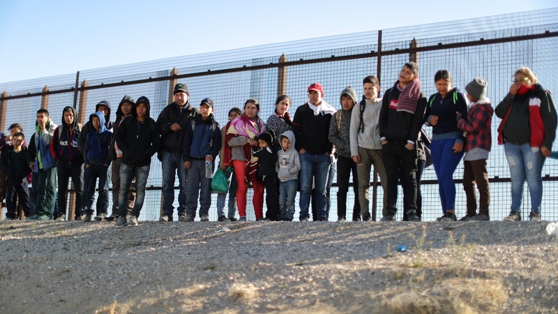 U.S. border fence no deterrent to migrant surge