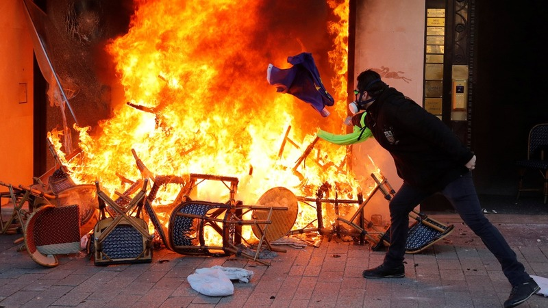 Violence returns to French 'yellow vest' protests