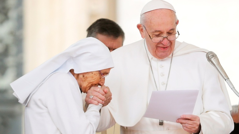 Germs to blame for Pope ring kissing mystery