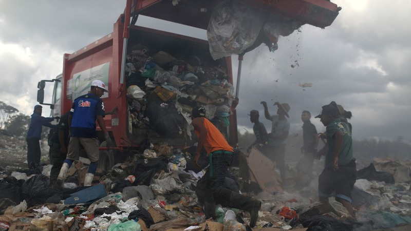 Hungry Venezuelans resort to landfill for food
