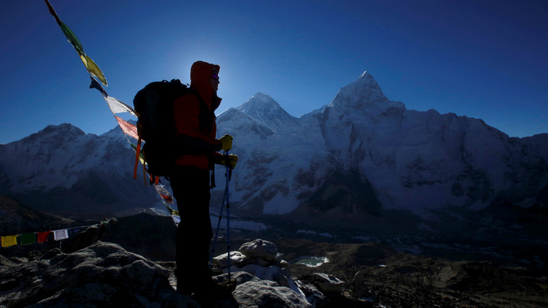 Death toll rises on crowded Mount Everest