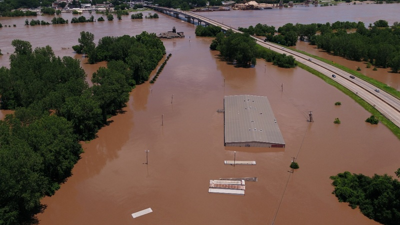Residents flee as rivers overflow in Central U.S.