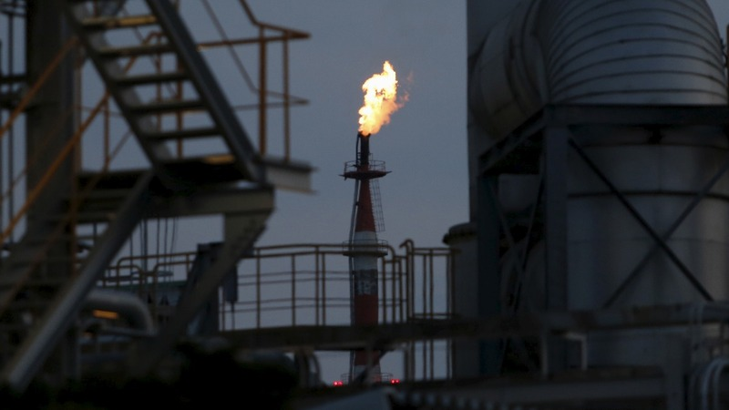 Oil drops 2% on trade, output fears