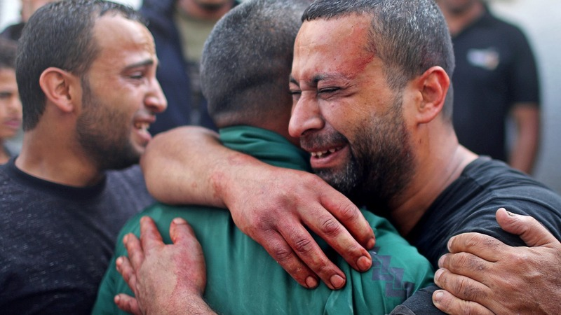 Palestinians bury dead on second day of fighting