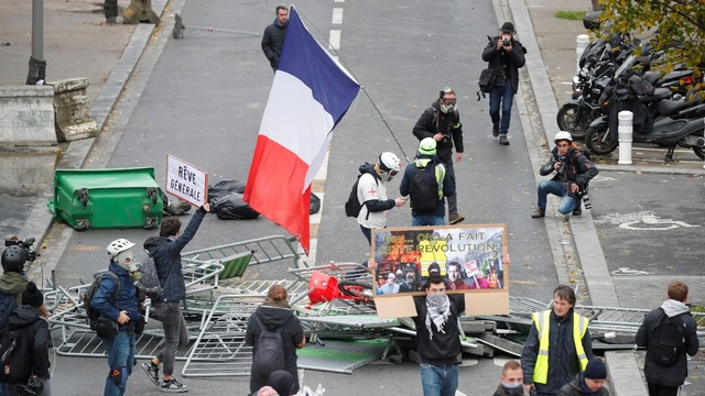 Tear gas fired on 'yellow vest' anniversary