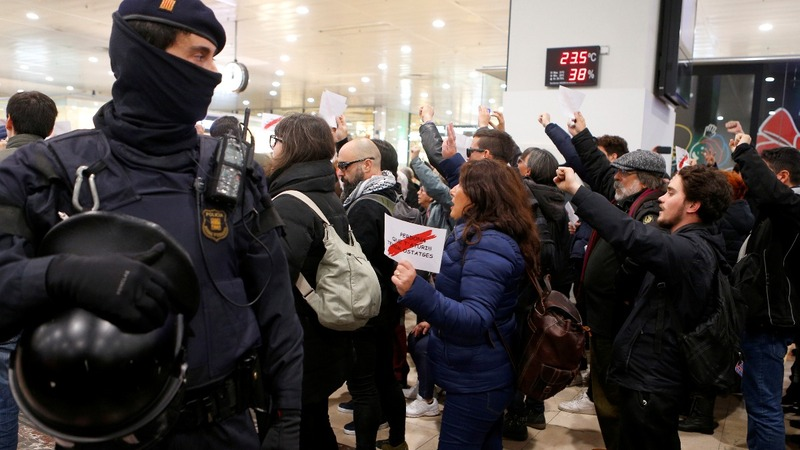 Catalan separatists protest at Barcelona station