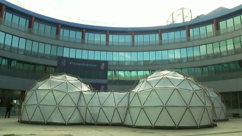 Climate summit pods replicate polluted air